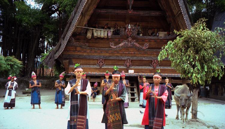 tourtoba.com - Tour Toba - Wisata Danau Toba - Kawasan Kampung Batak di Desa Tomok - Mengenal Huta Bentuk Rumah Masyarakat Batak Toba - Filosofi Rumah Adat Batak Toba